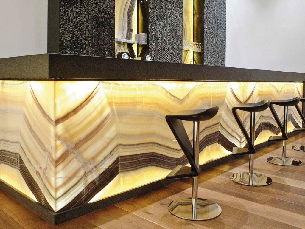 Bar realizat din onix. Sursă foto; archieexpo.com