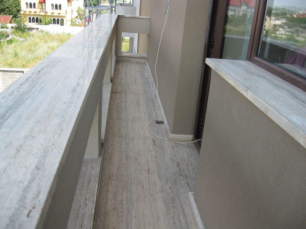Balcon placat cu travertin
